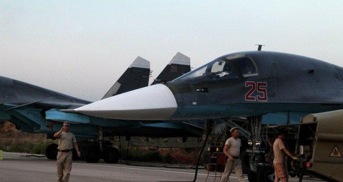 Suriye'deki  Hmeimim Hava Üssü'ndeki Rus Su-34 jetleri / Fotojet