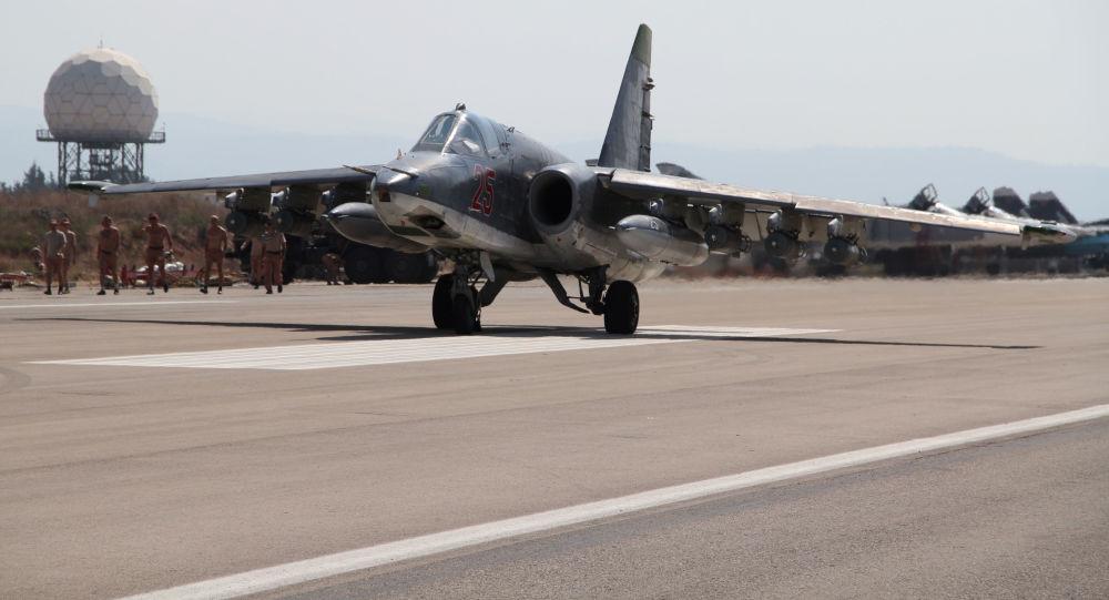 Lazkiye'deki Hmeimim hava üssündeki Rus Su-25 jeti