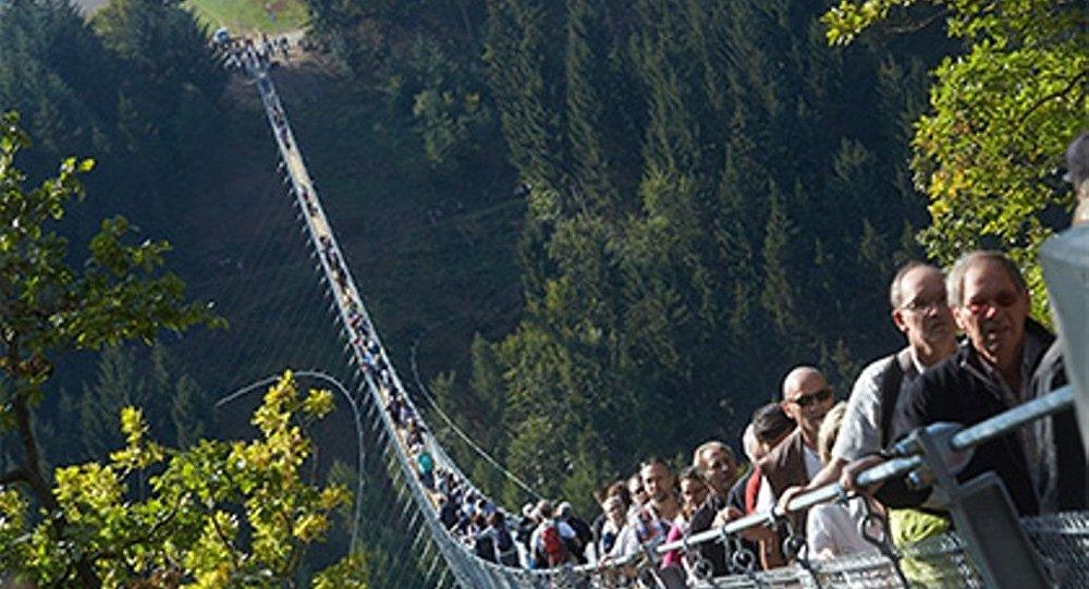 Almanya'da 365 metrelik asma halat köprü