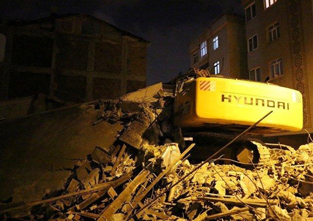 5 katlı bina yıkım çalışması sırasında çöktü