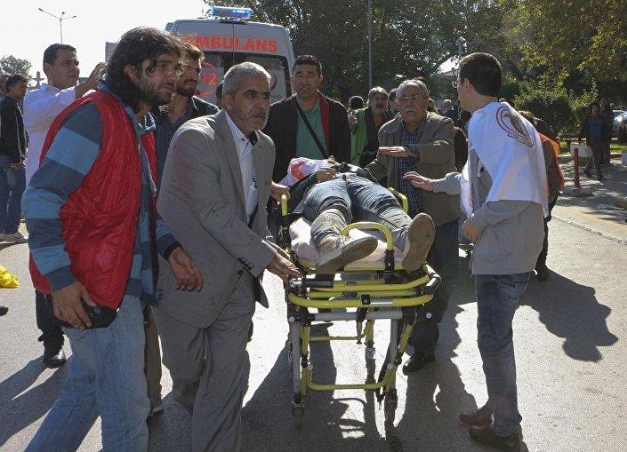Patlamada hayatını kaybeden ve yaralananları, yakınları ve çevredekiler ambulanslara bindirmeye ve taksiyle hastanelere götürmeye çalışıyor.