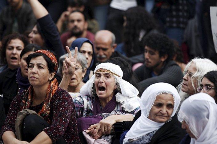 Cumartesi Anneleri de Ankara'daki saldırıyı protesto etti.