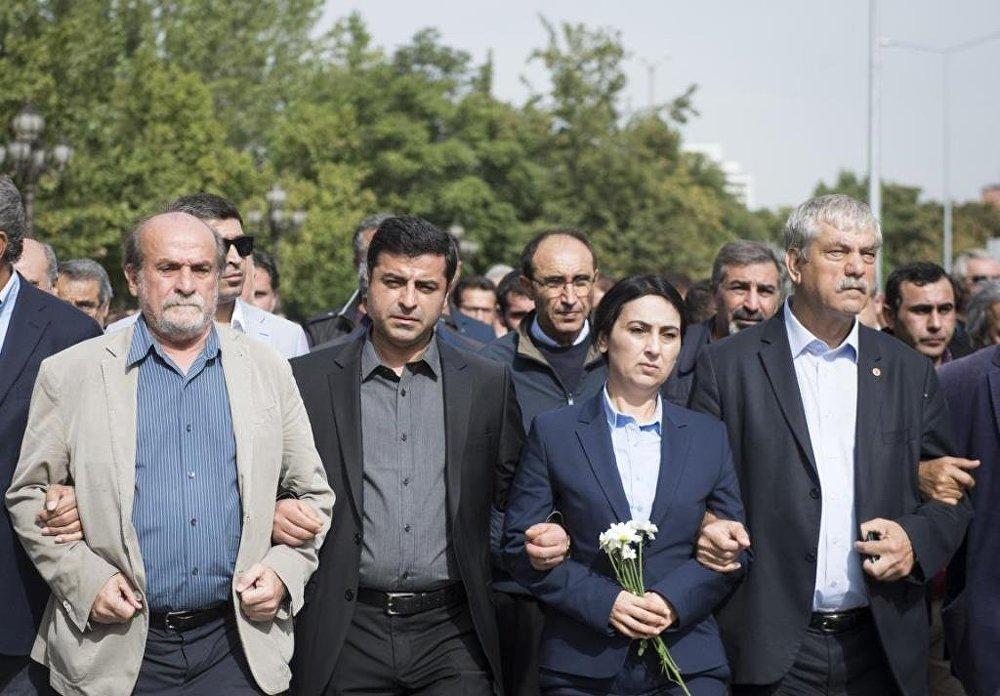 HDP ve CHP milletvekilleri saldırının gerçekleştiği Ankara Tren Garı önünden Sıhhiye Meydanı'na yürüdü.