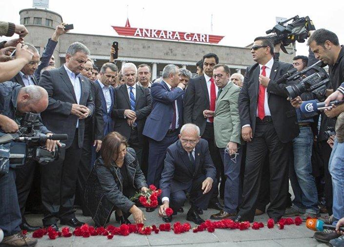 Kemal Kılıçdaroğlu ve eşi Selvi Kılıçdaroğlu, saldırının gerçekleştiği alana kırmızı karanfil bıraktılar.