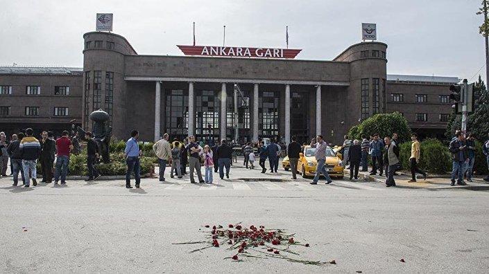 Patlamanın yaşandığı yere gelen vatandaşlar, hayatını kaybedenleri anarak, karanfil bıraktı.