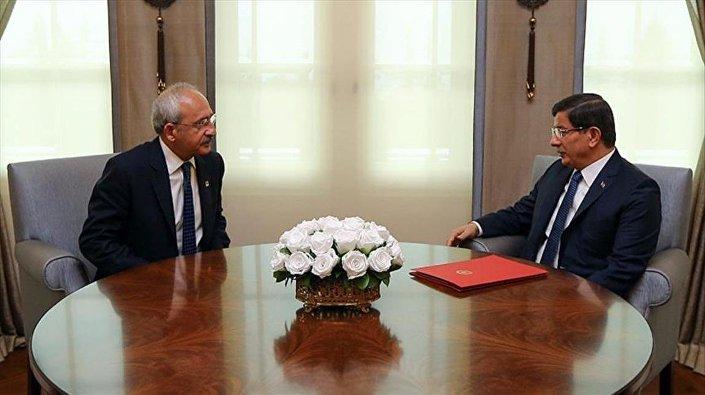 Başbakan Davutoğlu, CHP Lideri Kılıçdaroğlu ile Çankaya Köşkü'nde görüştü. Görüşme yaklaşık 1,5 saat sürdü.