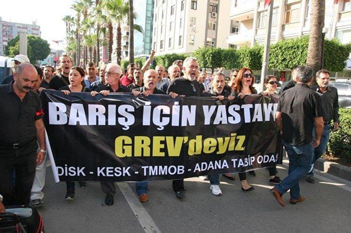 Saldırı, Adana'da KESK, DİSK, TMMOB, Adana Tabip Odası ile çeşitli siyasi parti ve sivil toplum örgütü üyelerinin katılımıyla protesto edildi.