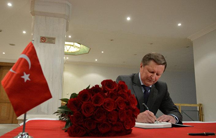 Kremlin İdari İşler Müdürü İvanov Türkiye'nin Moskova Büyükelçiği'nde açılan taziye defterini imzaladı.