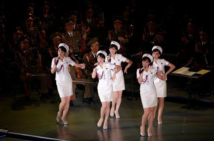 Etkinlikte bir süredir sahnelerde görünmemeleri merak uyandıran ve ülkenin kızlardan oluşan en ünlü gurubu Moranbong Band de sahne aldı. Öte yandan Kim ve Ri, performansların ardından kızlarla fotoğraf da çektirdi.
