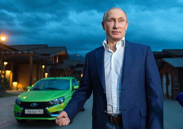Lada Vesta'nın test sürüşünü Putin yaptı
