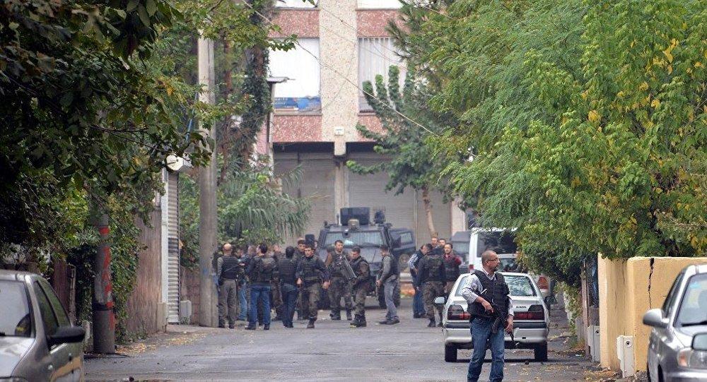 Çok sayıda polisin katıldığı operasyonda, IŞİD'lilerin  bulunduğu evden dumanlar yükseldiği görüldü.