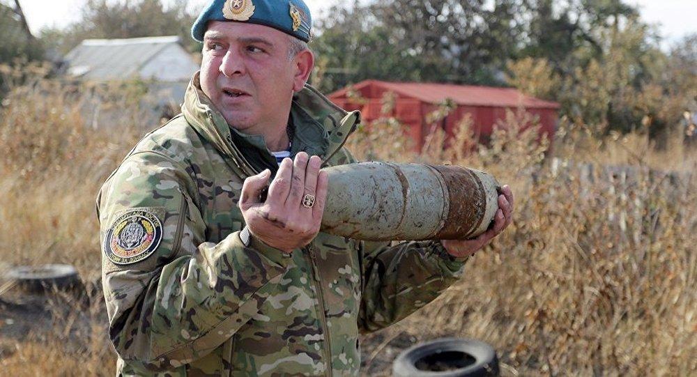 Ukrayna'nın Donetsk kentinde mayınları temizleyen Konstantin
