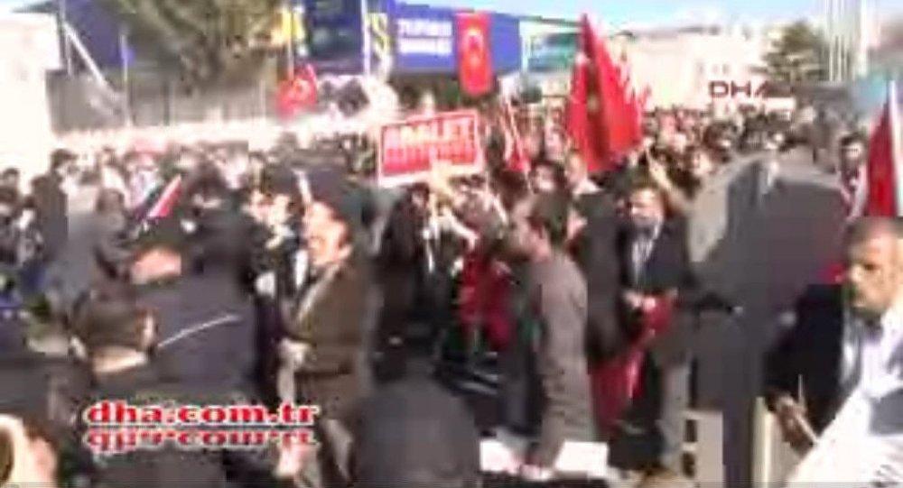Koza İpek Holding önünde biber gazlı müdahale