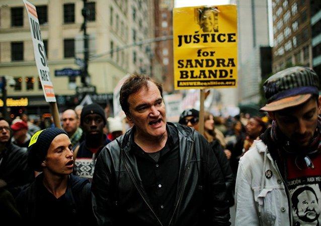Yönetmen Quentin Tarantino New York'ta polis şiddetine karşı düzenlenen eyleme katıldı.