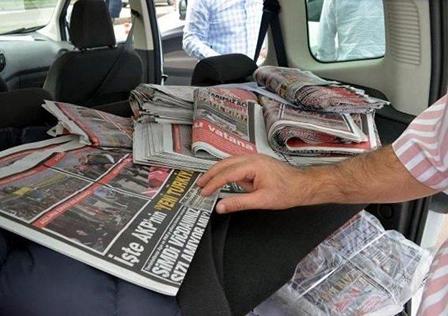 Adana'da muhalif broşür dağıtımına polis engeli.