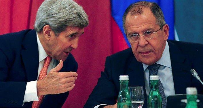 ABD Dışişleri Bakanı John Kerry ile Rusya Dışişleri Bakanı Sergey Lavrov, Viyana'daki Suriye toplantısında.