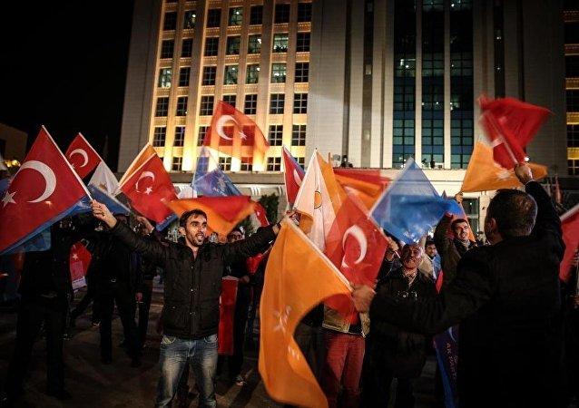 1 Kasım Seçimleri sonrasında AK Parti destekçileri Genel Merkezi önünde toplanmaya başladı.