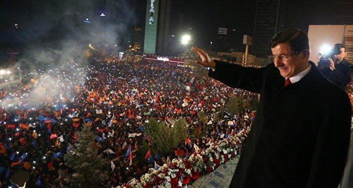 AK Parti Genel Başkanı ve Başbakan Ahmet Davutoğlu, seçim sonuçlarının ardından AK Parti Genel Merkez binasının balkonundan partililere hitap etti.