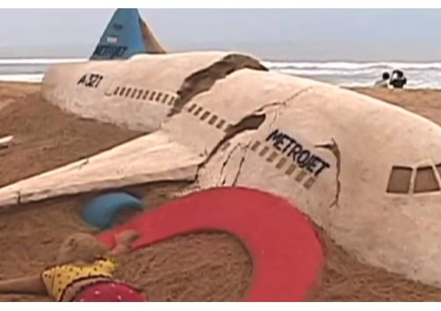 Dünyaca ünlü Hindistanlı ünlü kum heykeltıraşı Sudarsan Pattnaik, Mısır'dan St. Petersburg'a giderken Cumartesi günü düşen Rus uçağında hayatını kaybeden 224 kişi anısına bir kumdan heykel yaptı.