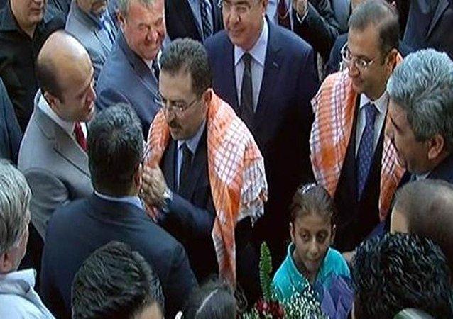 İçişleri Bakanı Selami Altınok, eski yazı işleri memuru Mehmet Koçak'ı görünce sevincini farklı bir şekilde gösterdi.