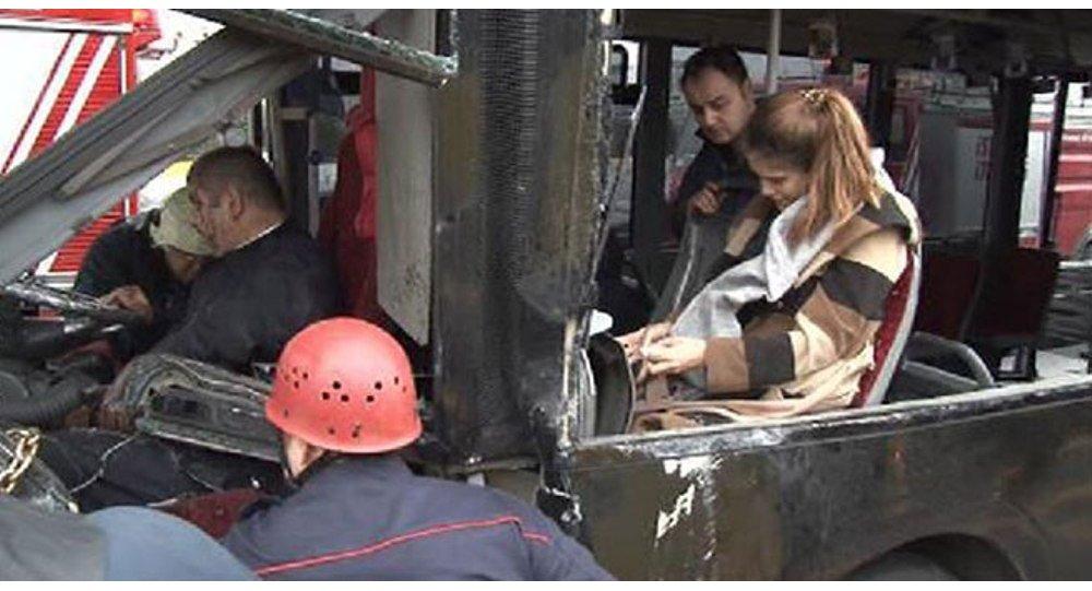 Sefaköyde otomobil metrobüsle çarpıştı: 5 yaralı 1