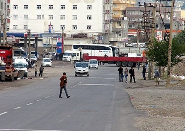 Cizre'de araçlardan barikatlar oluşturuldu,