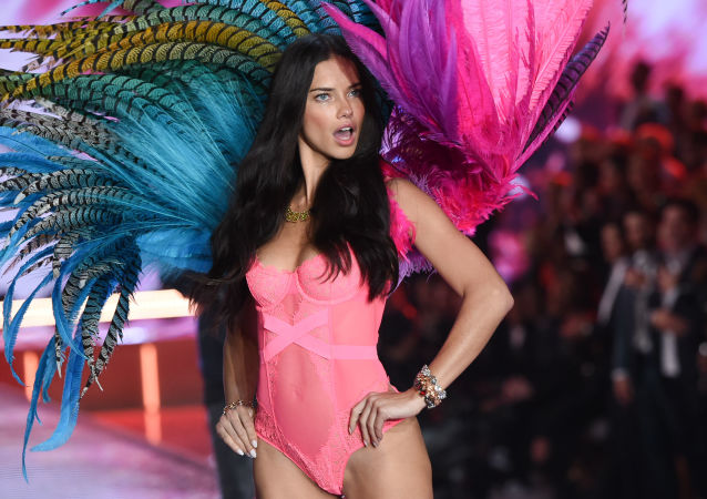 Модель Адриана Лима на показе Victoria's Secret Fashion Show 2015 в Нью-Йорке