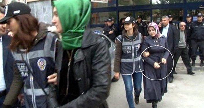 Manisa ve Eskişehir'de gözaltına türbanlı kadınlara kelepçe takıldı.