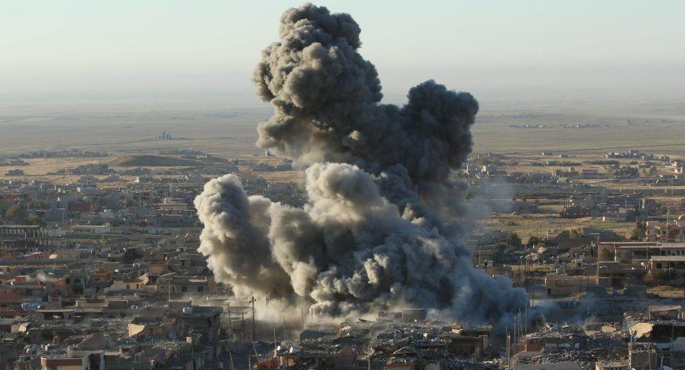 Sincar'da ABD savaş uçaklarının saldırısının ardından oluşan duman.