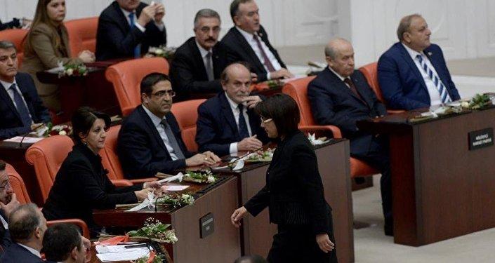 HDP Milletvekili Leyla Zana yemine Kürtçe başlayıp ardından da metni eksik okuduktan sonra genel kurul salonundan ayrıldı.