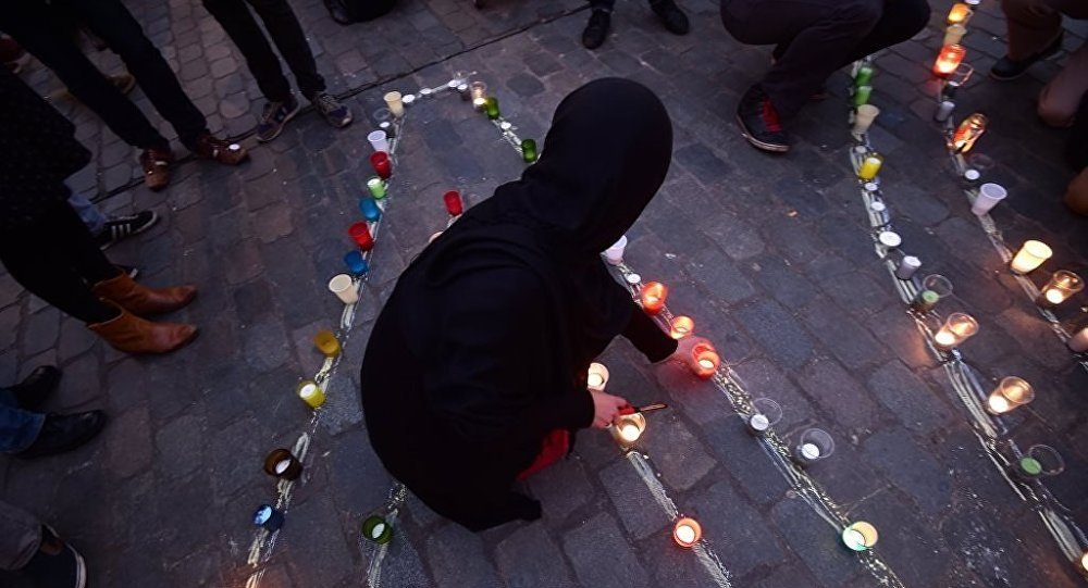 Paris'teki saldırılarda ölenler için Brüksel'de yapılan anma