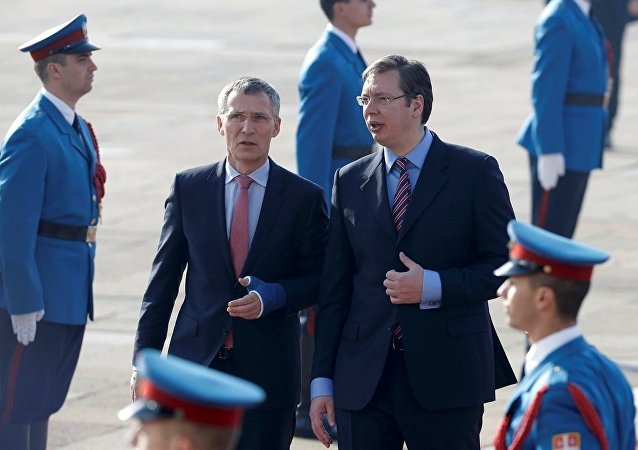 NATO Genel Sekreteri Jens Stoltenberg ve Sırbistan Başbakanı Aleksandr Vuçiç