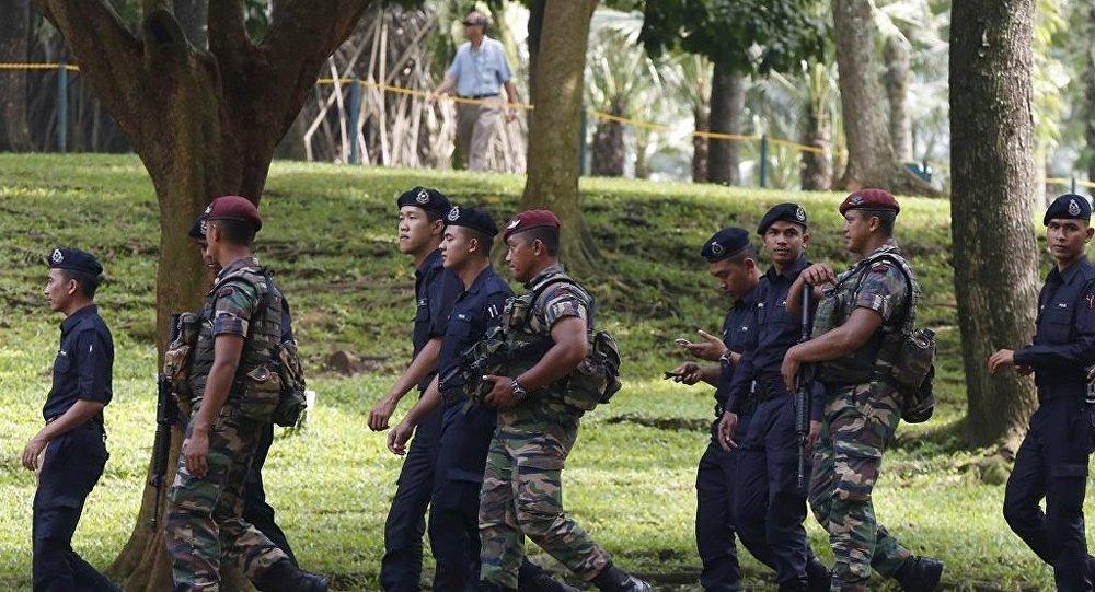 Malezya askerleri başkent Kuala Lumpur'da ASEAN zirvesi öncesi devriye görevinde.