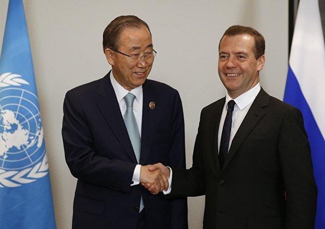 Rusya Başbakanı Dmitriy Medvedev, BM Genel Sekreteri Ban Ki-mun ile Malezya'daki ASEAN ziresinde bir araya geldi.
