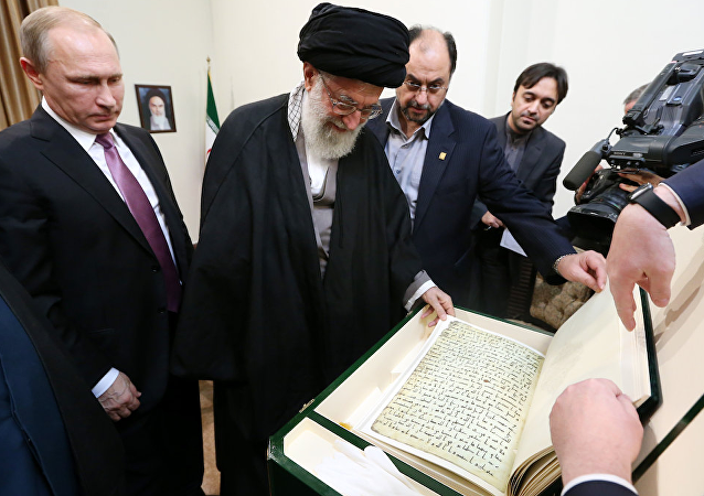 Putin Hamaney'e Kuran hediye etti.