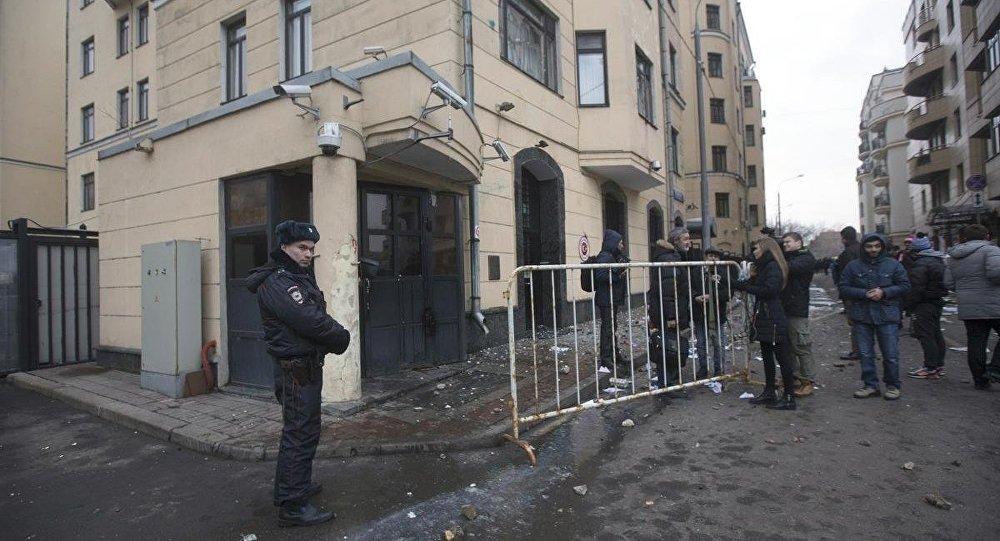 Moskova'daki Türk Büyükelçiliği'ne taşlı saldırı düzenlendi.