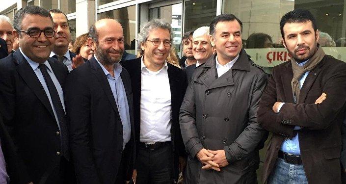 Cumhuriyet Gazetesi Genel Yayın Yönetmeni Can Dündar (önde ortada) ve Ankara Temsilcisi Erdem Gül (önde sol 2)