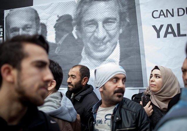 Cumhuriyet gazeteci önünde Can Dündar ve Erdem Gül'ün tutuklanmasına tepki.