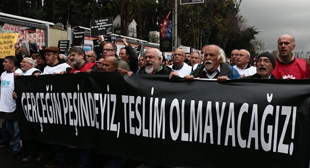 Gazeteciler, Dündar ve Gül'e destek için yürüdü