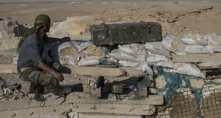 Hizbullah savaşçısı, Palmira'ya 20 kilometre batısında bulunan gözlem noktasında.