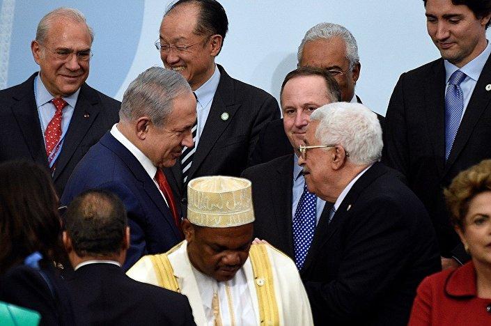 Diğer taraftan İsrail ve Arap basını da dahil olmak üzere pek çok medya organı Netanyahu ve Abbas'ın el sıkıştığını yazsa da, Russia Today (RT) kanalı Dhoinine yüzünden bu el sıkışmanın gerçekten olup olmadığının hiçbir zaman bilinemeyeceğini yazdı.