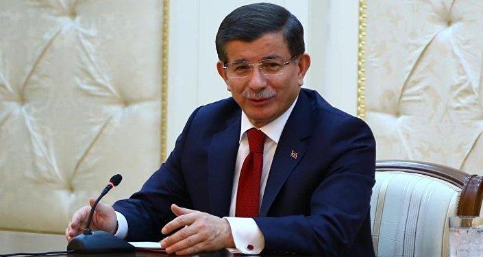 Başbakan Ahmet Davutoğlu, resmi temaslarda bulunmak için geldiği Azerbaycan'da Cumhurbaşkanı İlham Aliyev'le ortak basın toplantısı düzenledi.