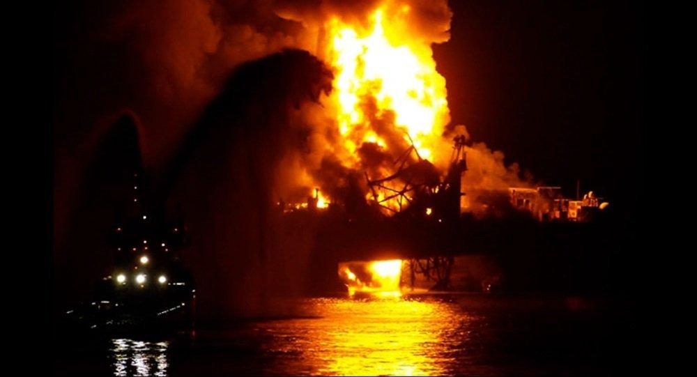 Azerbaycan'ın Hazar Denizi'ndeki Güneşli petrol platformunda doğalgaz boru hattındaki arıza nedeniyle çıkan yangından 32 kişi kurtarıldı.