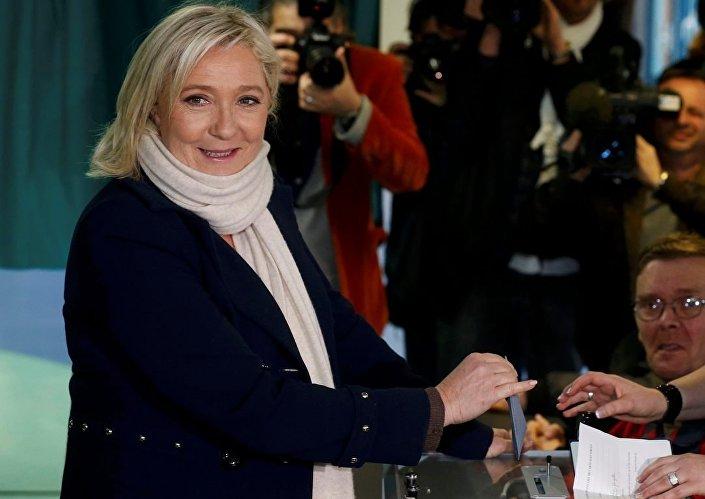 Seçimlerde, FN Lideri Marine Le Pen'in aday olduğu kuzeydeki Nord-Pas-de-Calais-Picardie ile Le Pen'in varisçisi olarak bilinen yeğeni Marion Marechal Le Pen'in aday olduğu güneydeki Provence-Alpes-Cote d'Azur'da, FN'in yarışı önde bitirmesine neredeyse kesin gözüyle bakılıyor.
