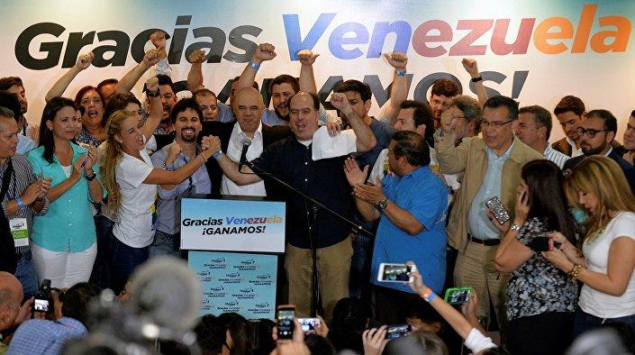 Aralarında eski ana muhalefet lideri Leopoldo Lopez'in eşi Lilian Tintori'nin de dahil olduğu diğer muhalif liderler de sonuçları böyle kutladı.