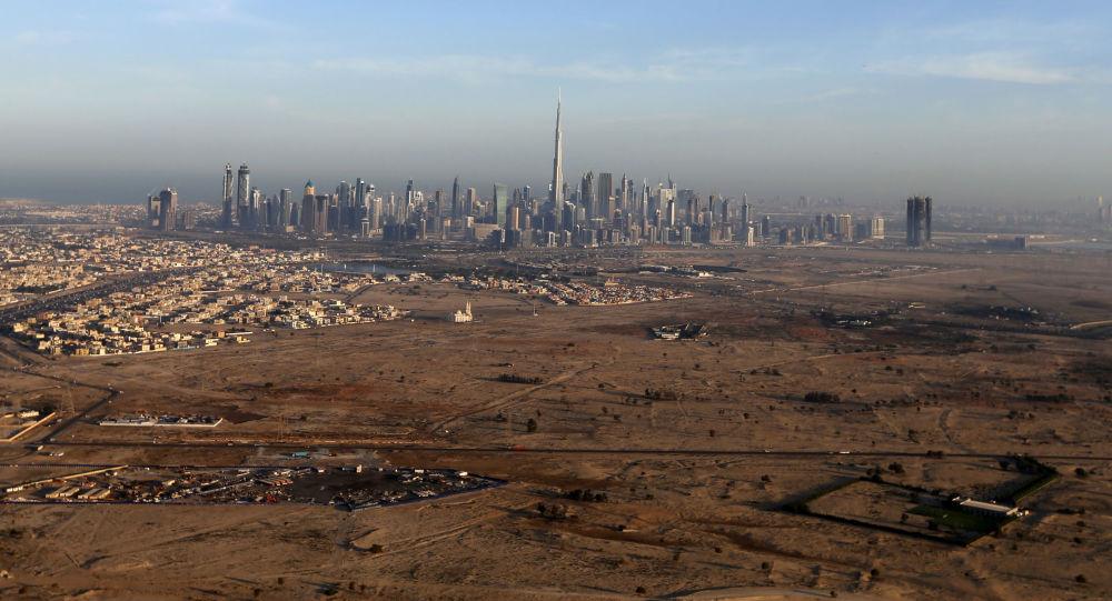 Birleşik Arap Emirlikleri'nin en büyük kenti Dubai'ye kuşbakışı.