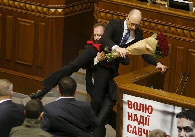 Ukrayna'da iktidardaki Poroşenko Cephesi Partisi'nden milletvekili Oleg Barna, Başbakan Arseniy Yatsenyuk'u 'kucaklayarak' kürsüden indirdi.