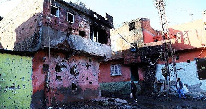 Diyarbakır'ın Sur ilçesinde 6 mahalle, bir cadde ve Dağkapı Meydanı'nda uygulanan sokağa çıkma yasağının kaldırılmasının ardından ilçeye verilen zarar gün yüzüne çıktı.