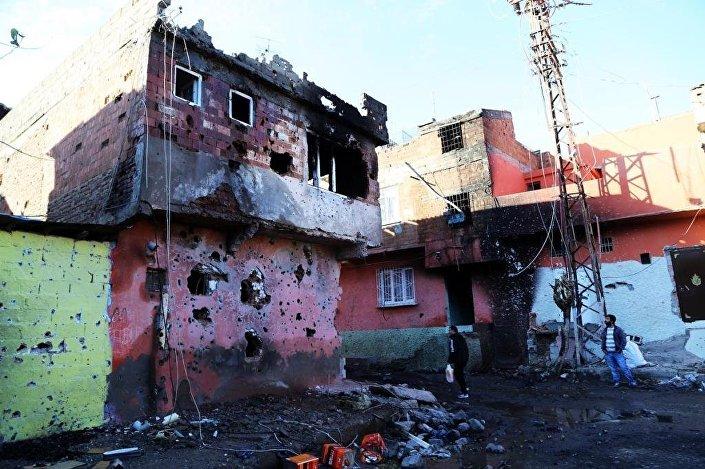 Güneydoğu'da güvenlik güçleri ile PKK arasında çatışma şehirlere taşındı.