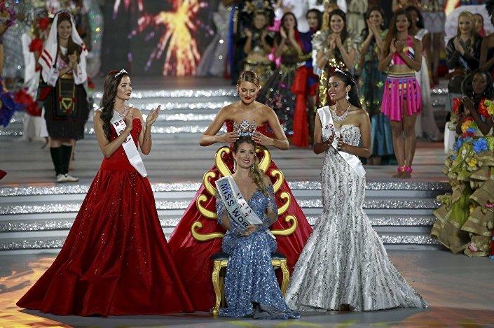 Bu arada Çin'de düzenlenen Miss World'de (Dünya Güzellik Yarışması) İspanyol Mireia Lalaguna Rozo birinci (ortada), Rus Sofiya Nikitçuk (solda) ikinci, Endonezyalı Maria Harfanti (sağda) de üçüncü oldu.